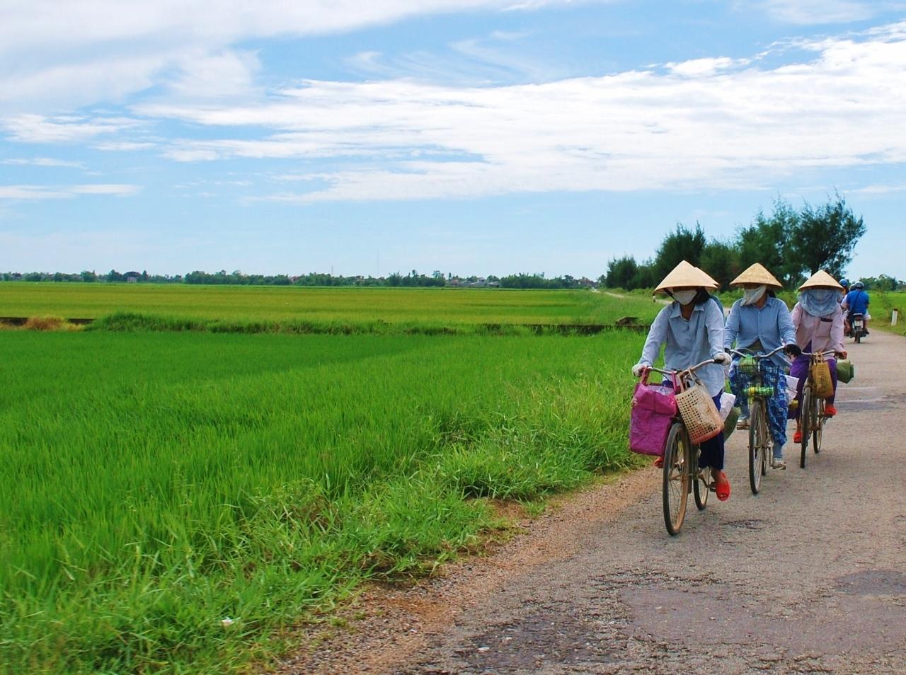 Mopoajelulla Vietnamin maaseudulla Huessa
