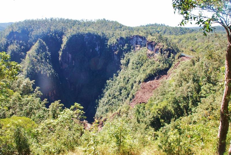 Cairnsin vesiputouksia ja sademetsää