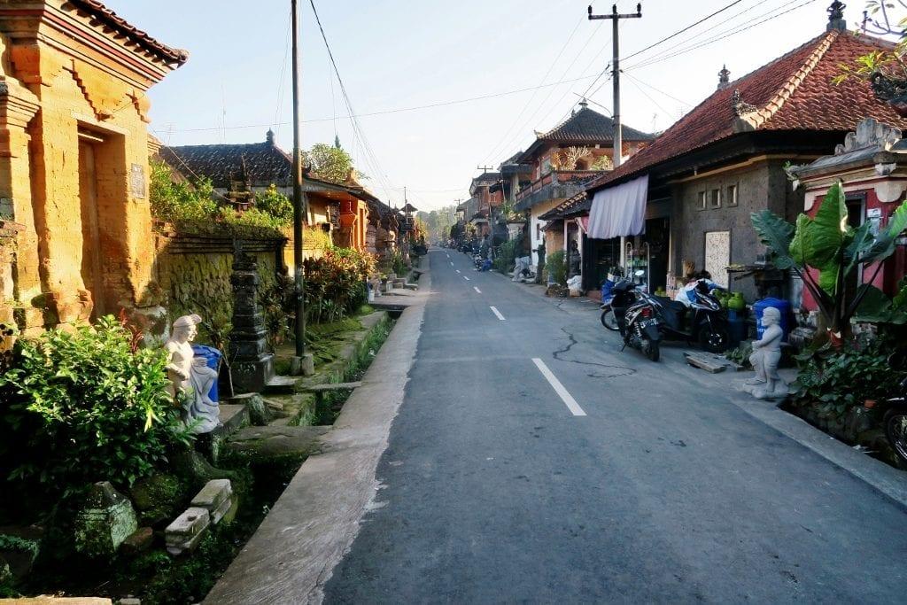 Pieni Sebatun kylä lähellä Ubudia
