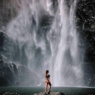 ENG below ⬇️ Aamu-uinnilla Australian korkeimman putouksen juurella, 268 metriä korkealla Wallaman Fallsilla. Se veden pauhu on aika korvia huumaava, suihkua ei uskaltanut ottaa 🙈 Mutta putouksen laguunin kylmässä vedessä pulahdus viilensi mukavasti viidakkovaelluksen jälkeen.   Swipe niin näet koko putouksen ➡️  That time we went for a swim beneath Australia's highest waterfall. At 268m I wasn't brave enough to dunk my head under the pounding falls, but a dip in the cold water was the perfect way to cool down after a jungle hike.   Swipe to see the whole waterfall ➡️  📍 Wallaman Falls, Australia  #wallamanfalls #exploreaustralia #exploreTNQ #visitqueensland #thisisqueensland